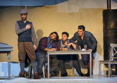 """Daniele Antonangeli als """"Colline"""", Nicola Ziccardi als """"Marcello"""", Matteo Desole als """"Rodolfo"""" sowie James Roser als """"Schaunard""""."""