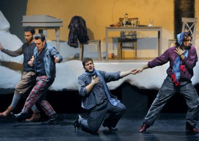 """Daniele Antonangeli als """"Colline"""", James Roser als """"Schaunard"""", Matteo Desole als """"Rodolfo"""" und Nicola Ziccardi als """"Marcello""""."""