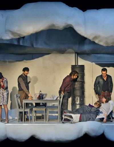 """Matteo Desole als """"Rodolfo"""", Bianca Tognocchi als """"Musetta"""", Daniele Antonangeli als """"Colline"""", Nicola Ziccardi als """"Marcello"""", Lada Kyssy als """"MimÌ"""" sowie James Roser als Schaunard."""